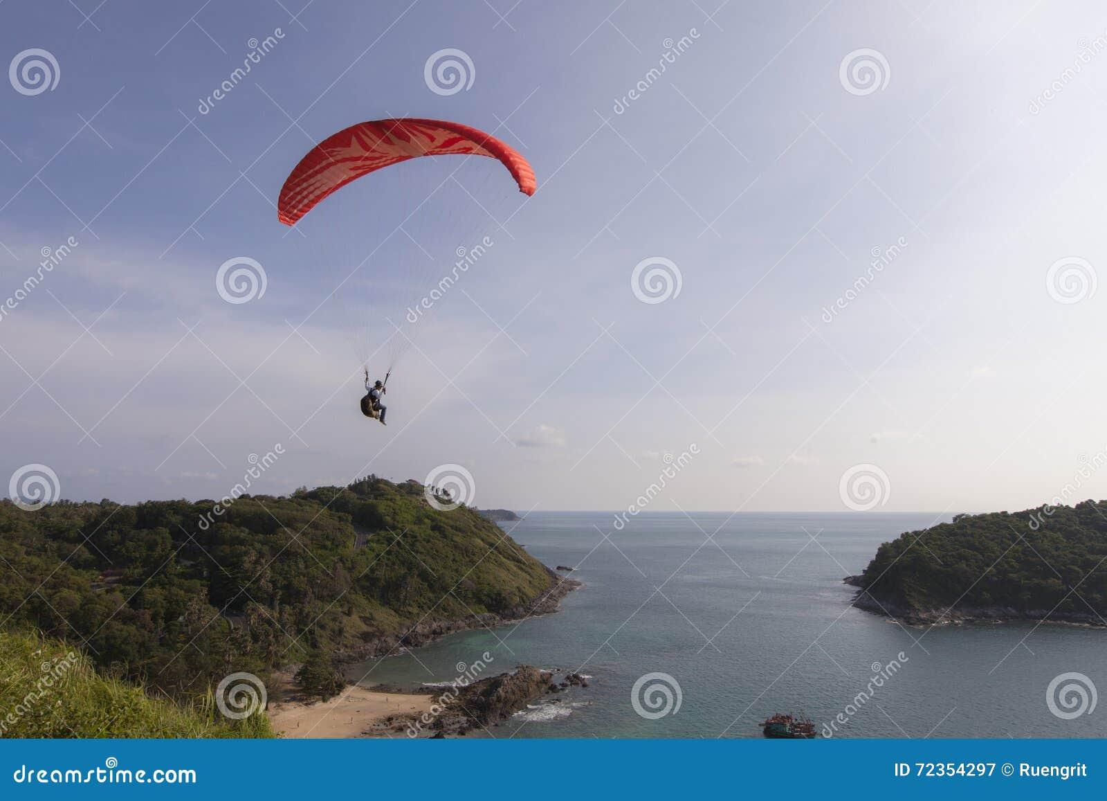 在海上的滑翔伞