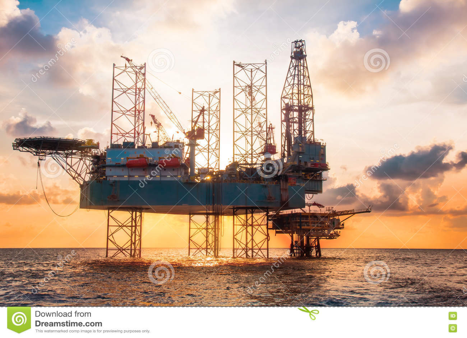 在海中间的近海杰克船具日落时间的