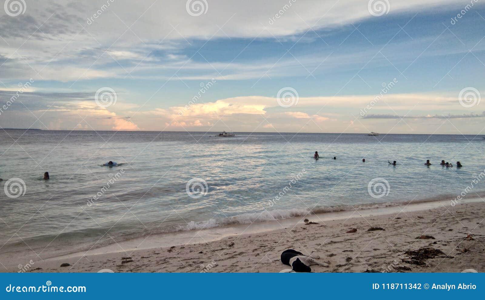 在海享受夏天