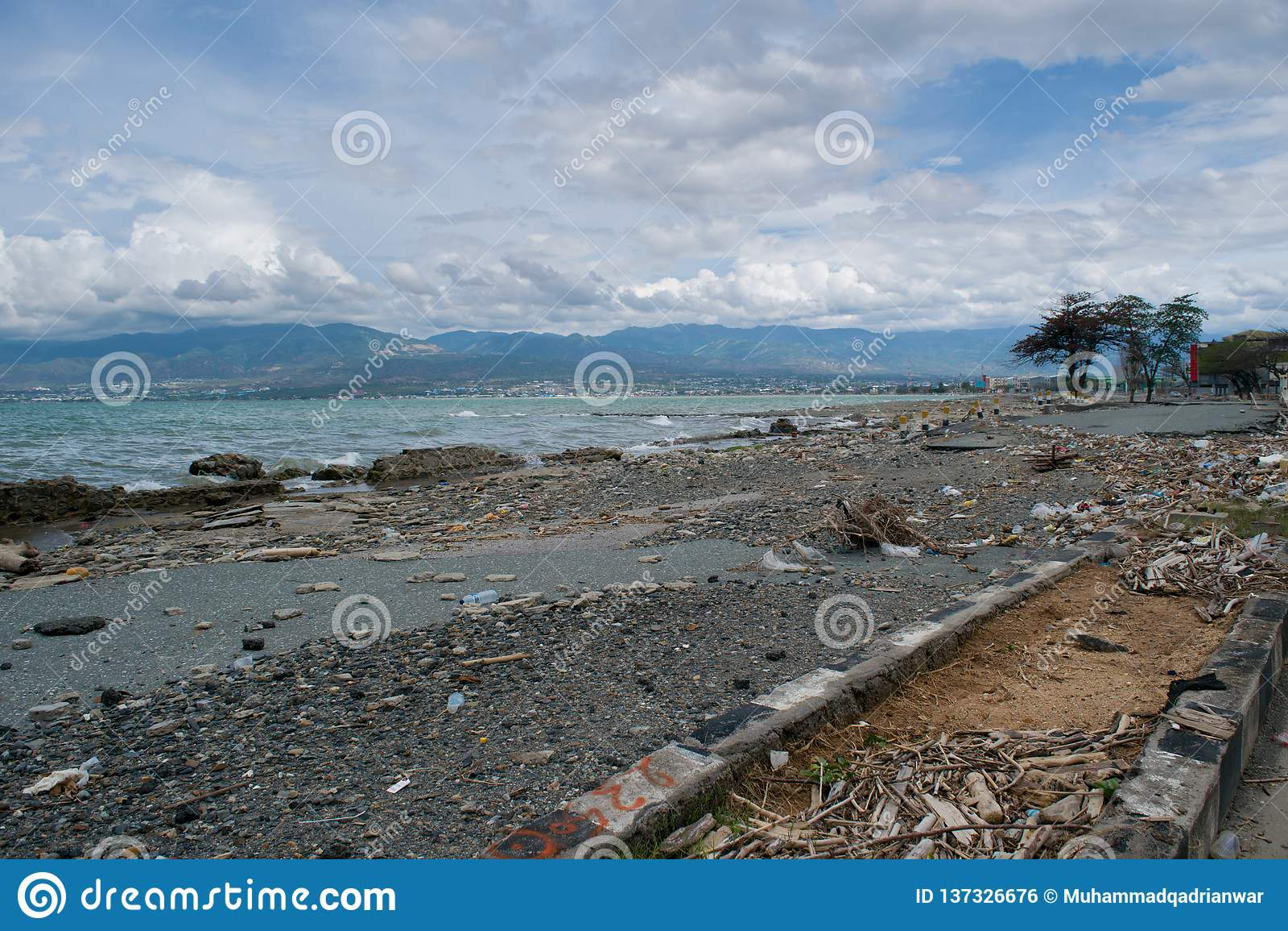 在海啸命中帕卢以后的海岸线损伤2018年9月28日