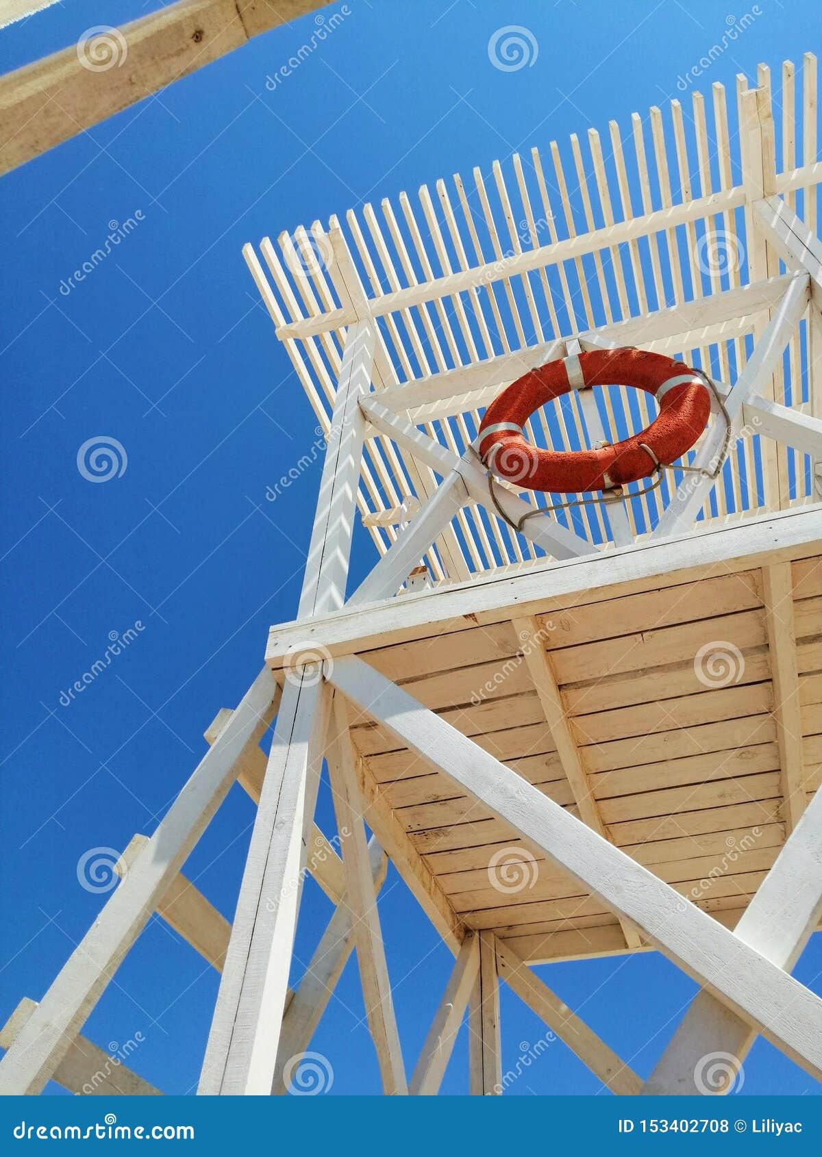 在海岸的白色抢救塔