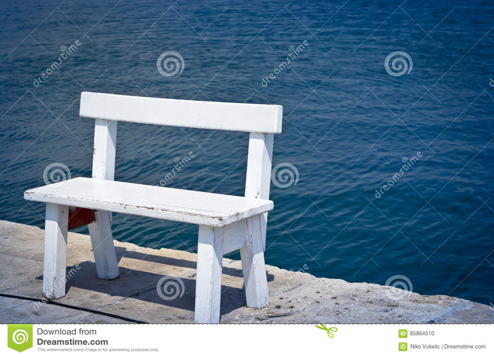 在海岸的白色长凳