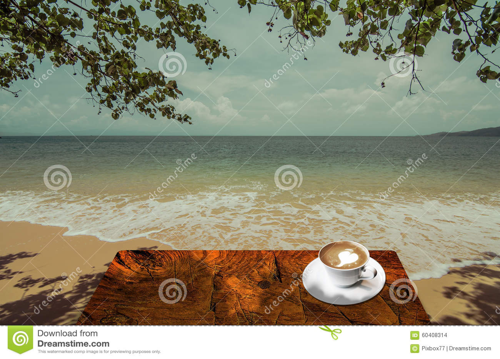 在海旁边的饮料热的咖啡