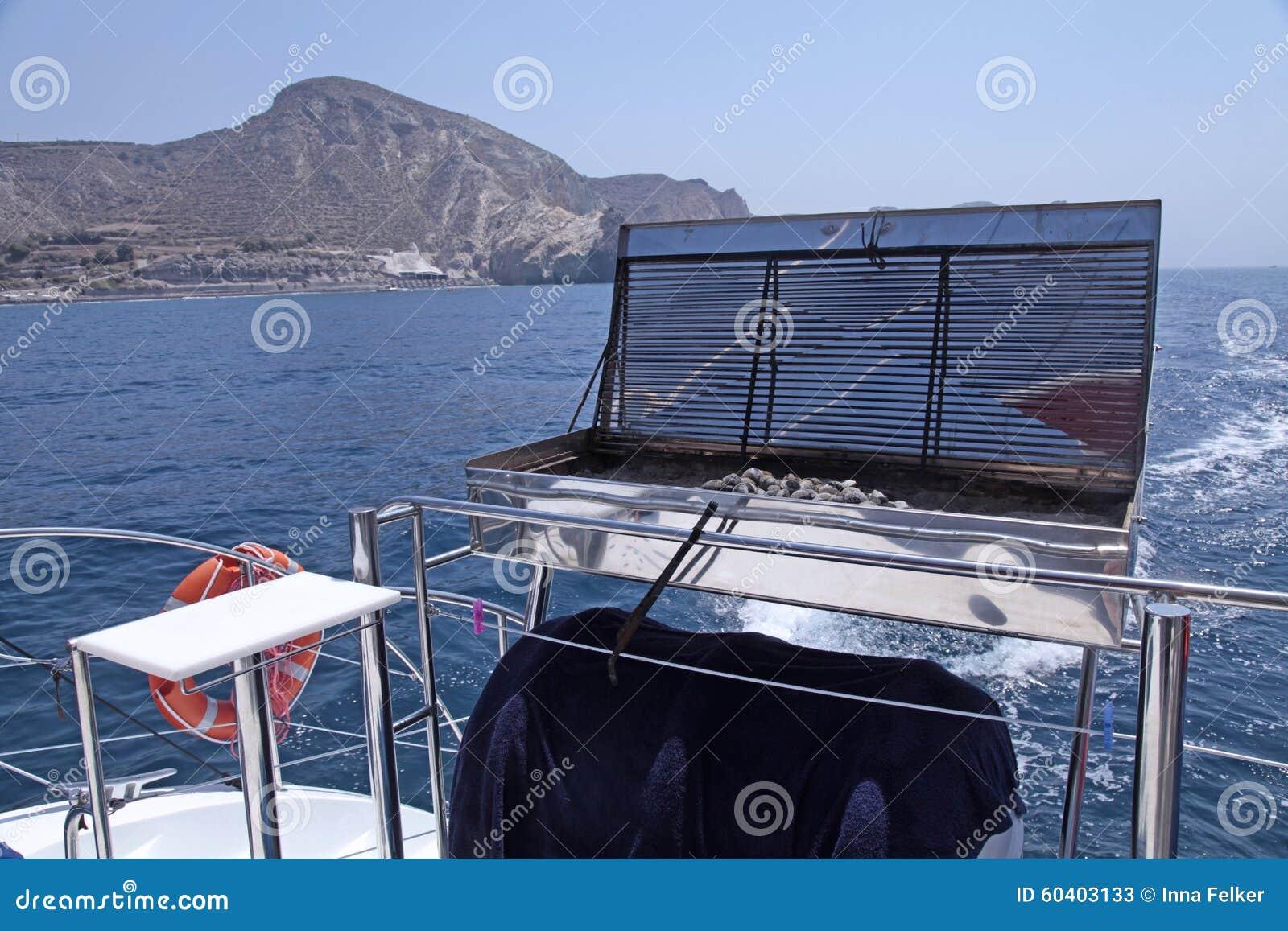 在海游艇甲板的烤肉格栅