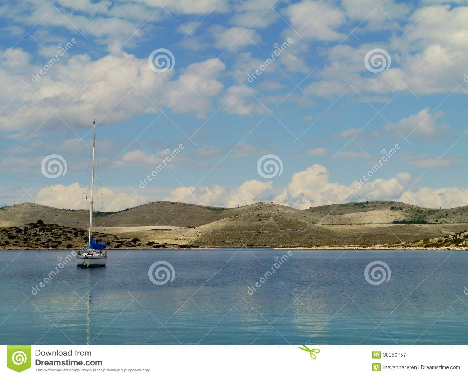 在海湾的一条航行游艇