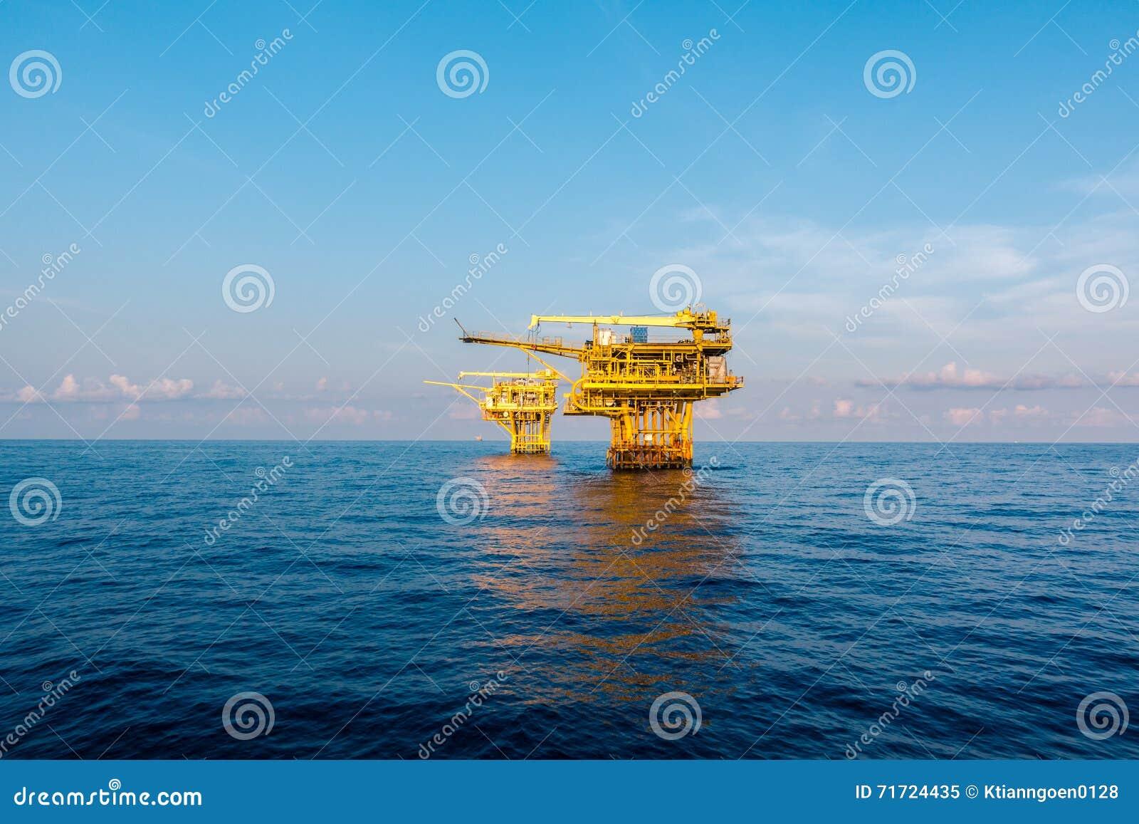 在海湾的油和煤气平台或海,世界能量、近海油和船具建筑