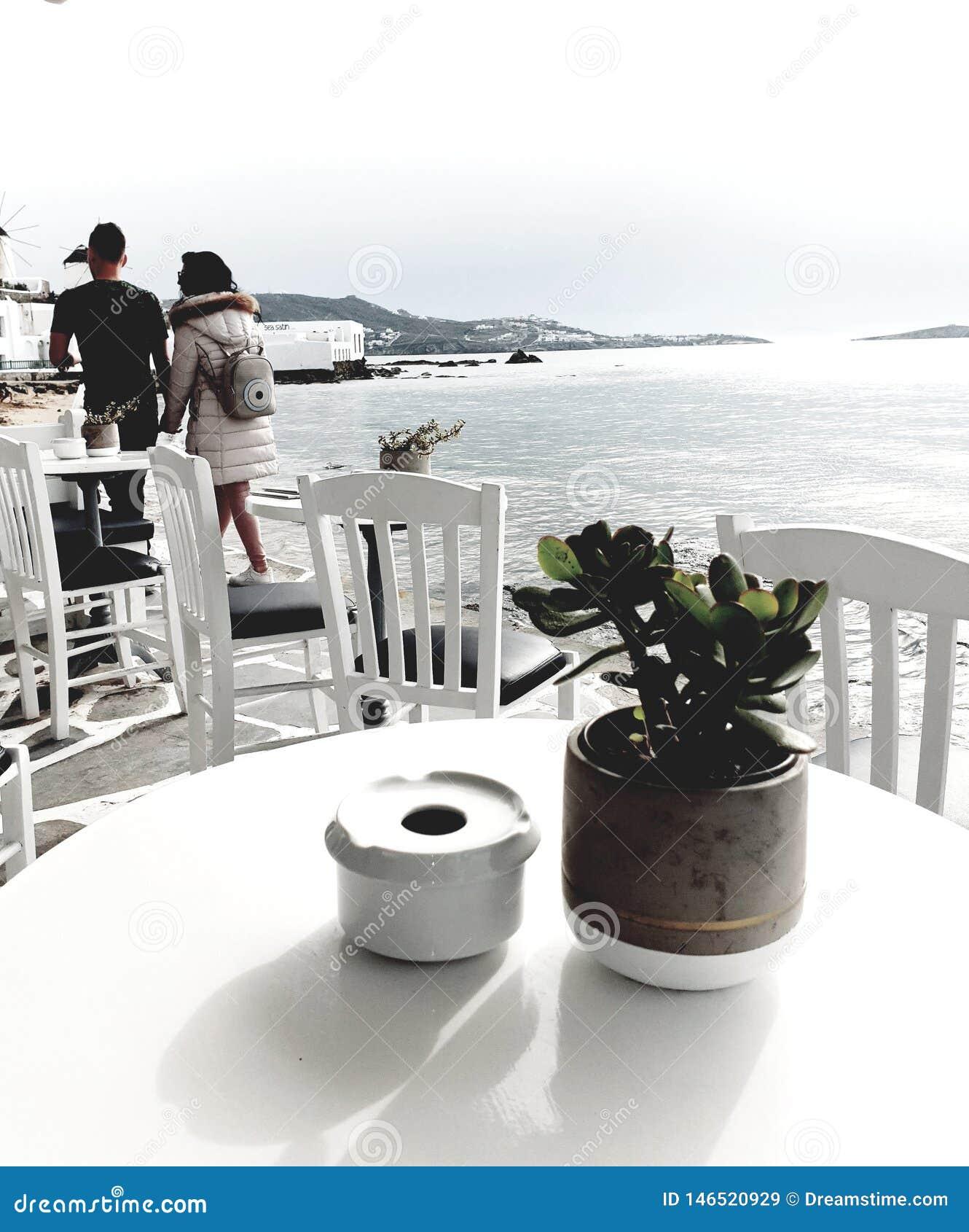 在海滩前面的浪漫漫步在希腊