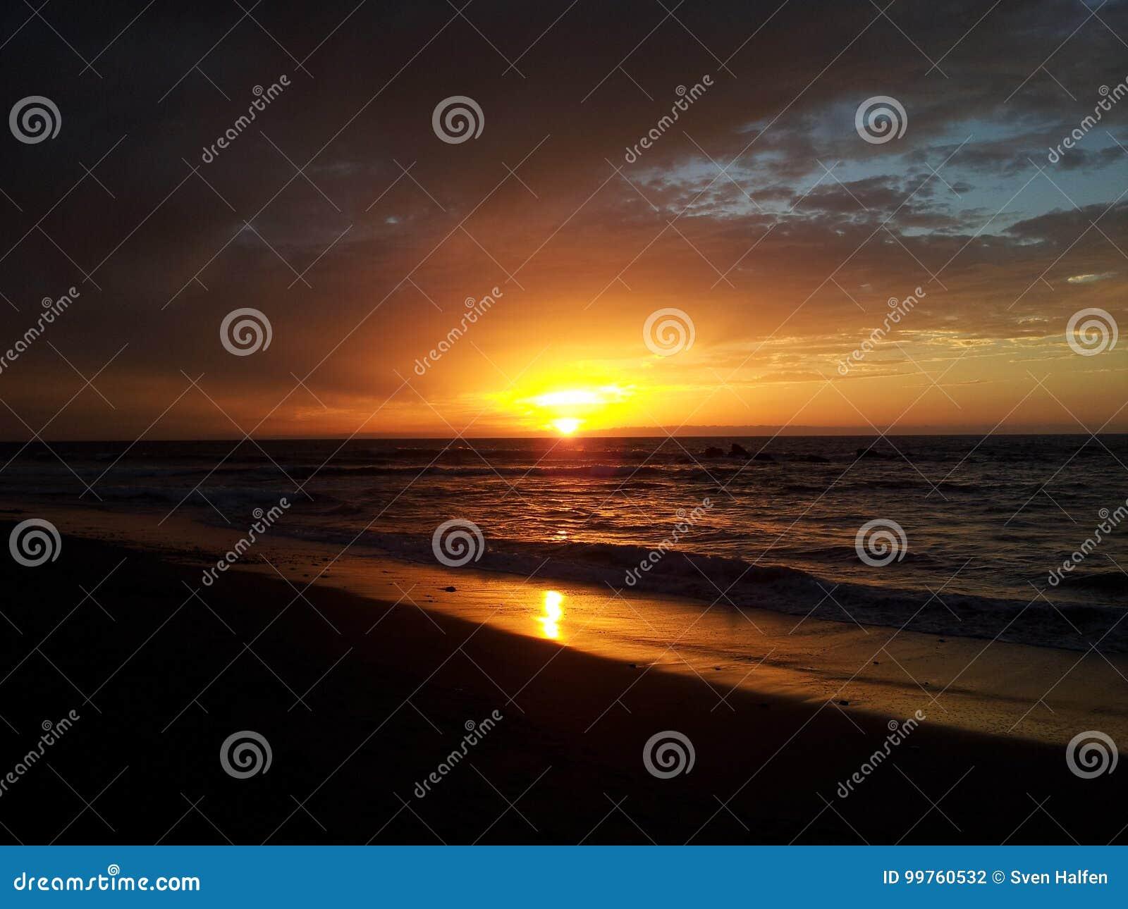 在海滩晴天海岛上的日落