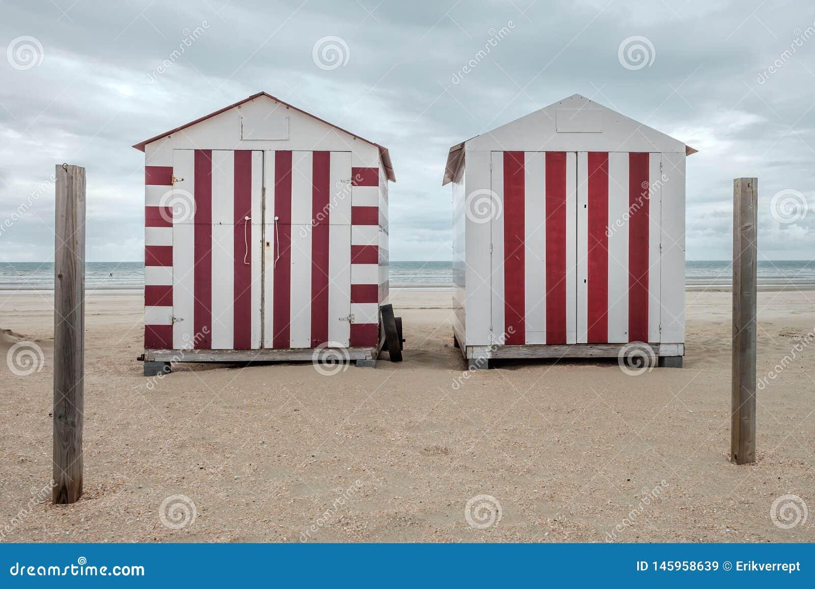 在海滩的两个五颜六色的小屋