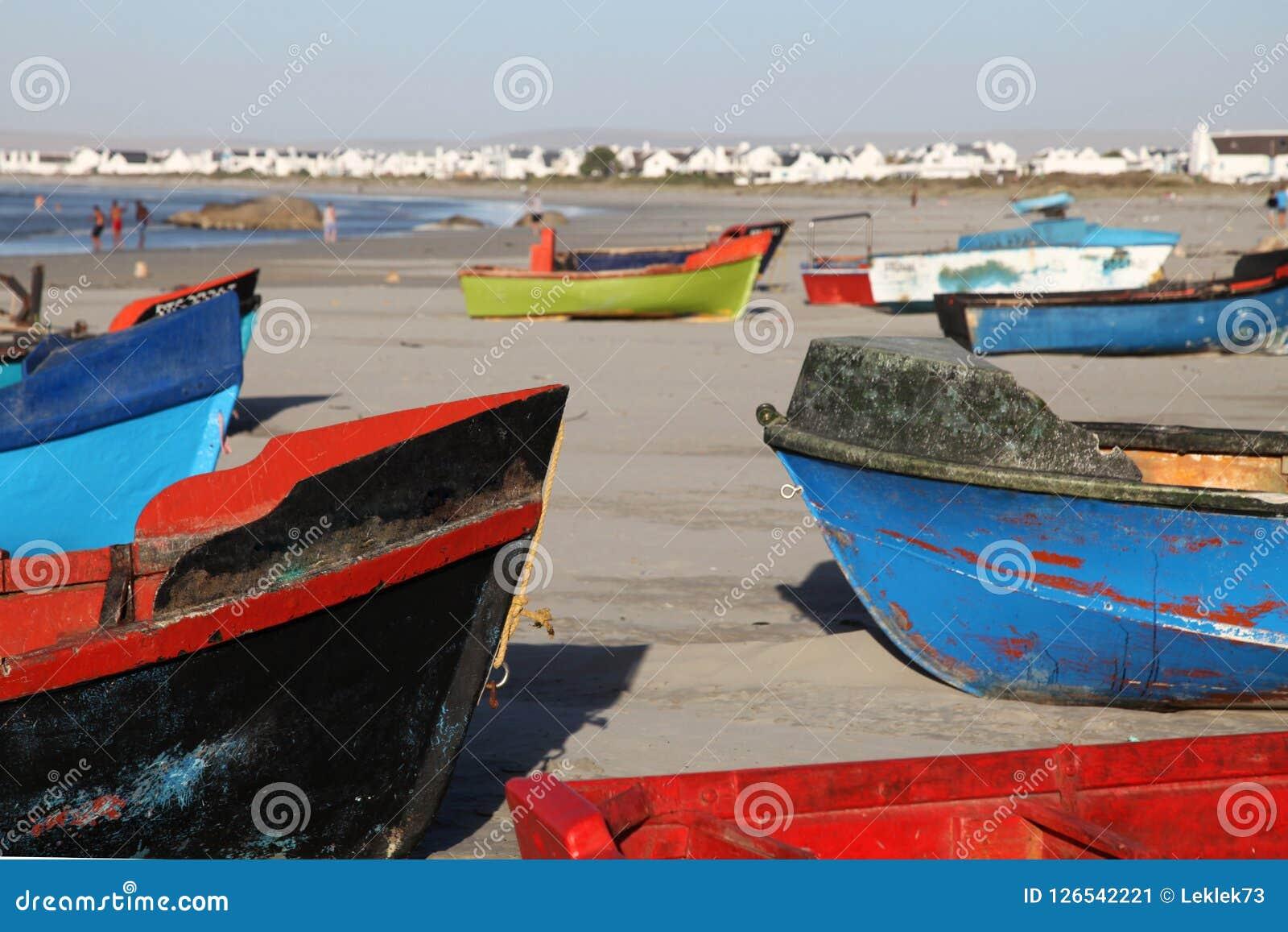 在海滩的五颜六色的渔船在Paternoster,有食家餐馆的小渔村南非的西海岸的