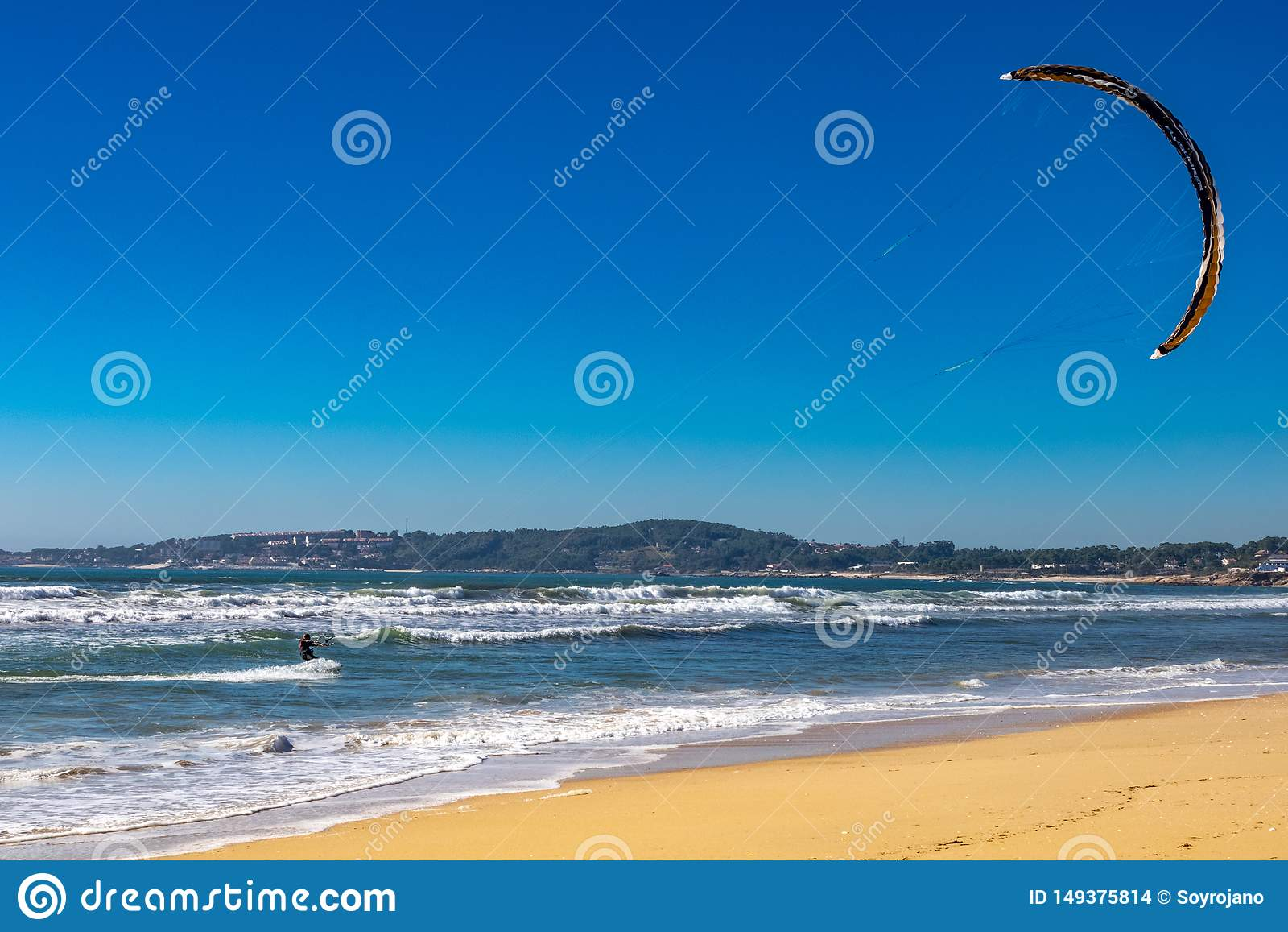 在海滩的冰鞋海浪