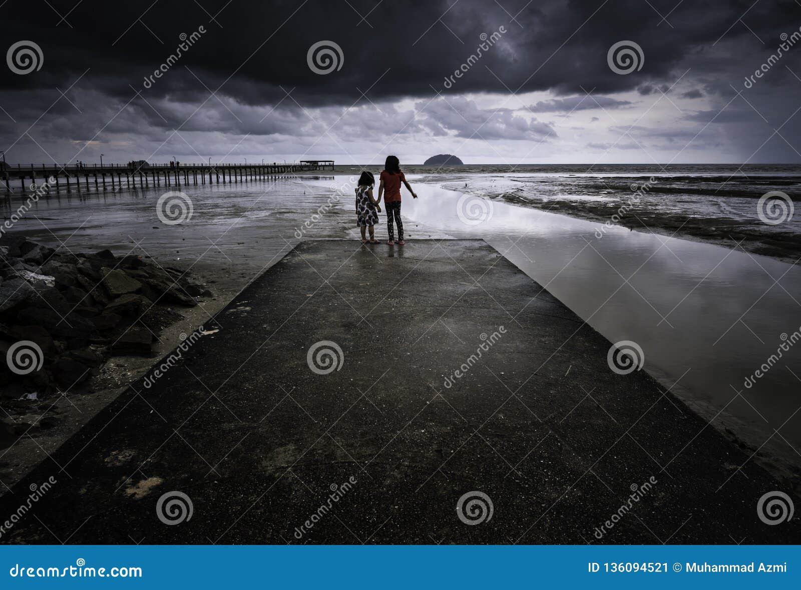 在海滩的剧烈的风雨如磐的云彩