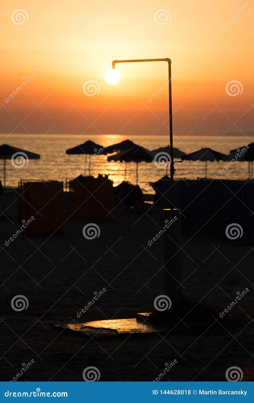 在海滩的太阳阵雨