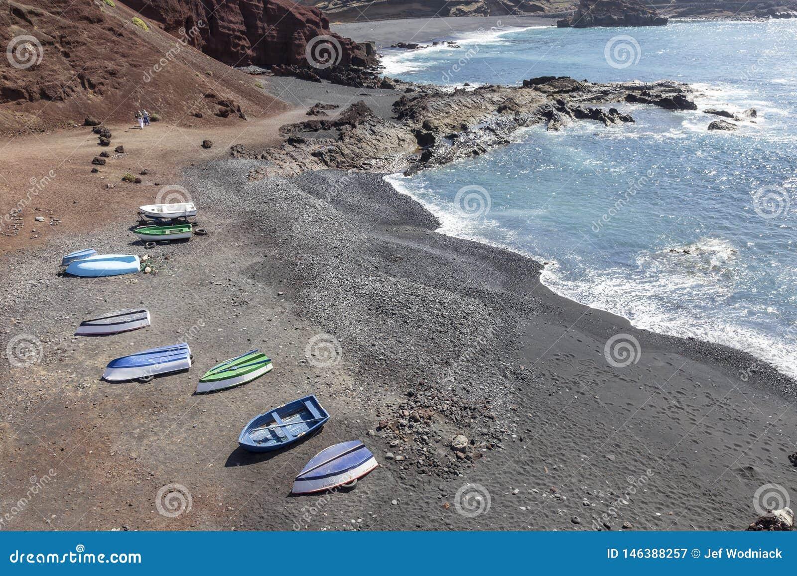 在海滩的小船在El Golfo村庄附近在兰萨罗特岛 r r