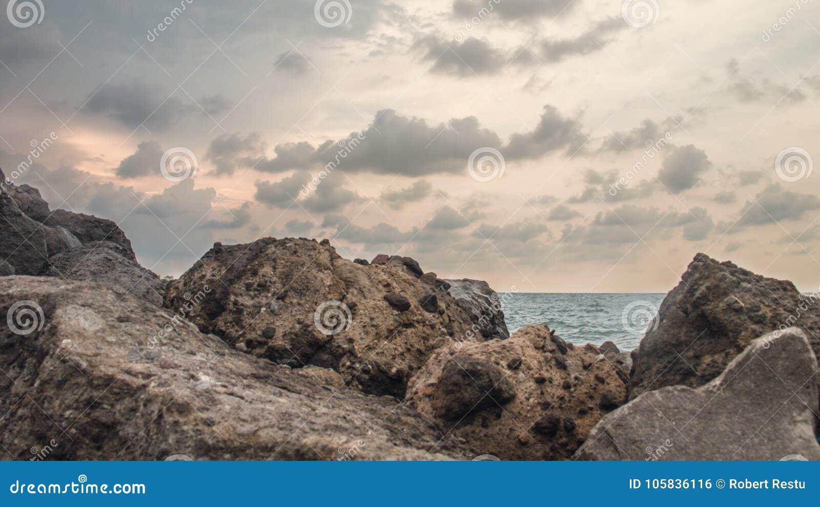 在海滩的岩石,在小游艇船坞海滩三宝垄印度尼西亚4