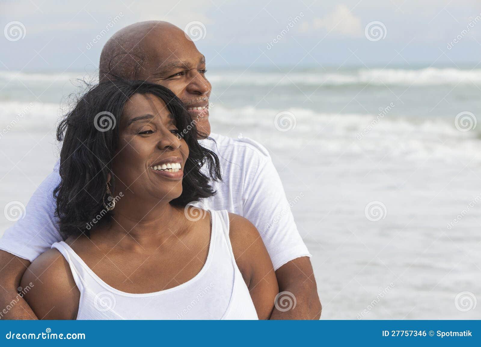在海滩的愉快的高级非洲裔美国人的夫妇