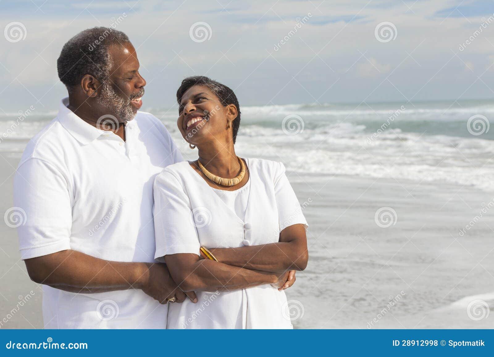在海滩的愉快的高级非裔美国人的夫妇