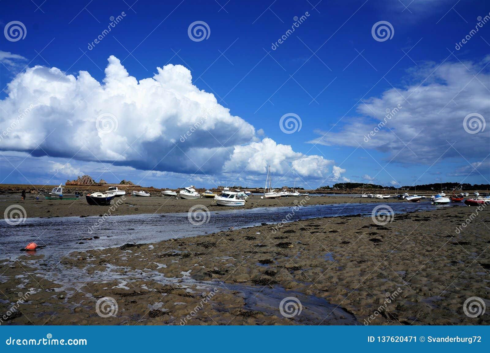 在海滩的搁浅的小船在一好日子在布里坦尼