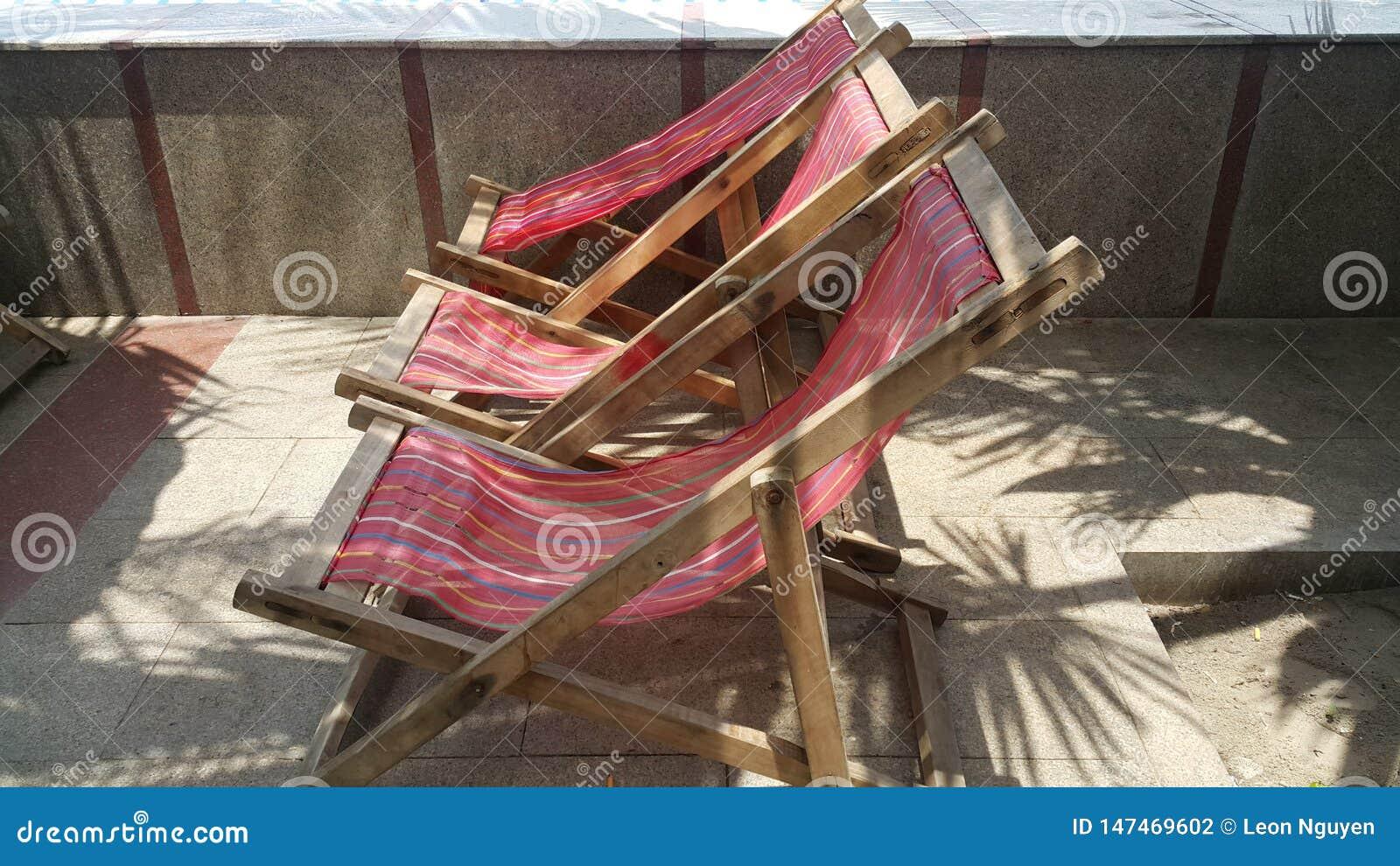 在海滩的放松的位子