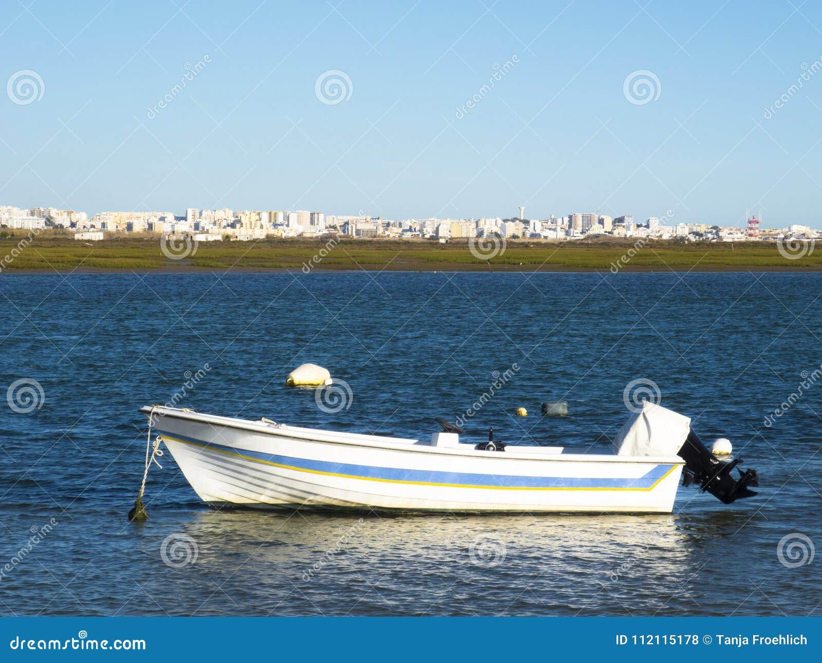 在海滩的汽艇在法鲁
