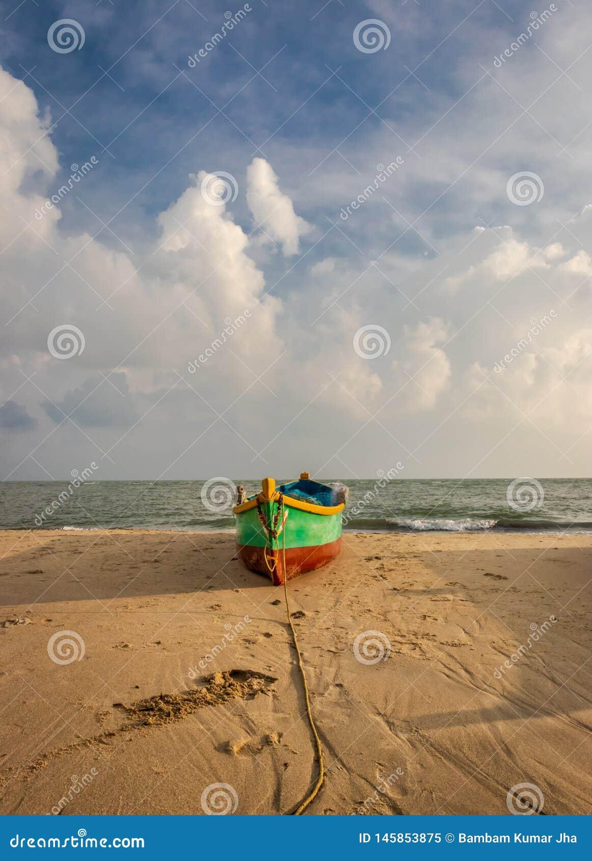 在海滩的渔船