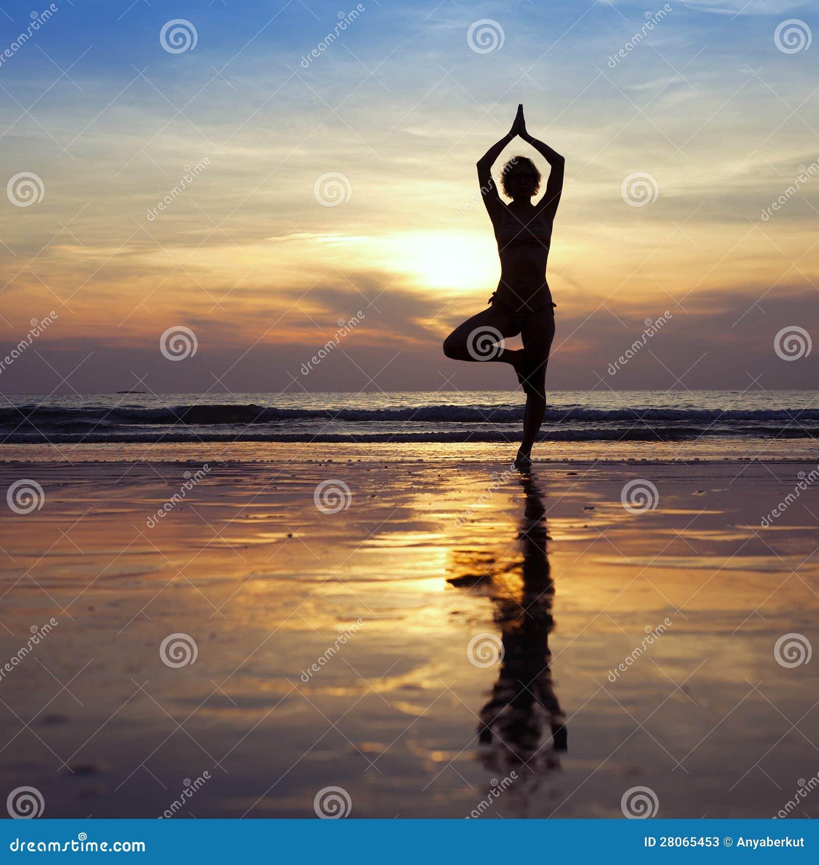 在海滩的瑜伽图片