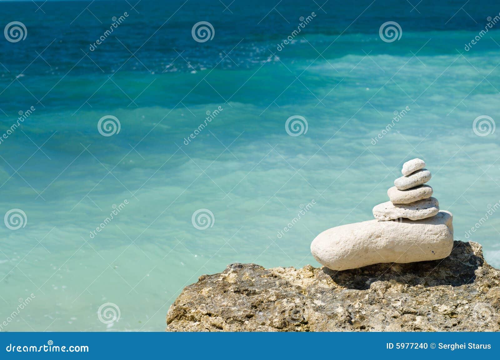 在海滩的被堆积的小卵石