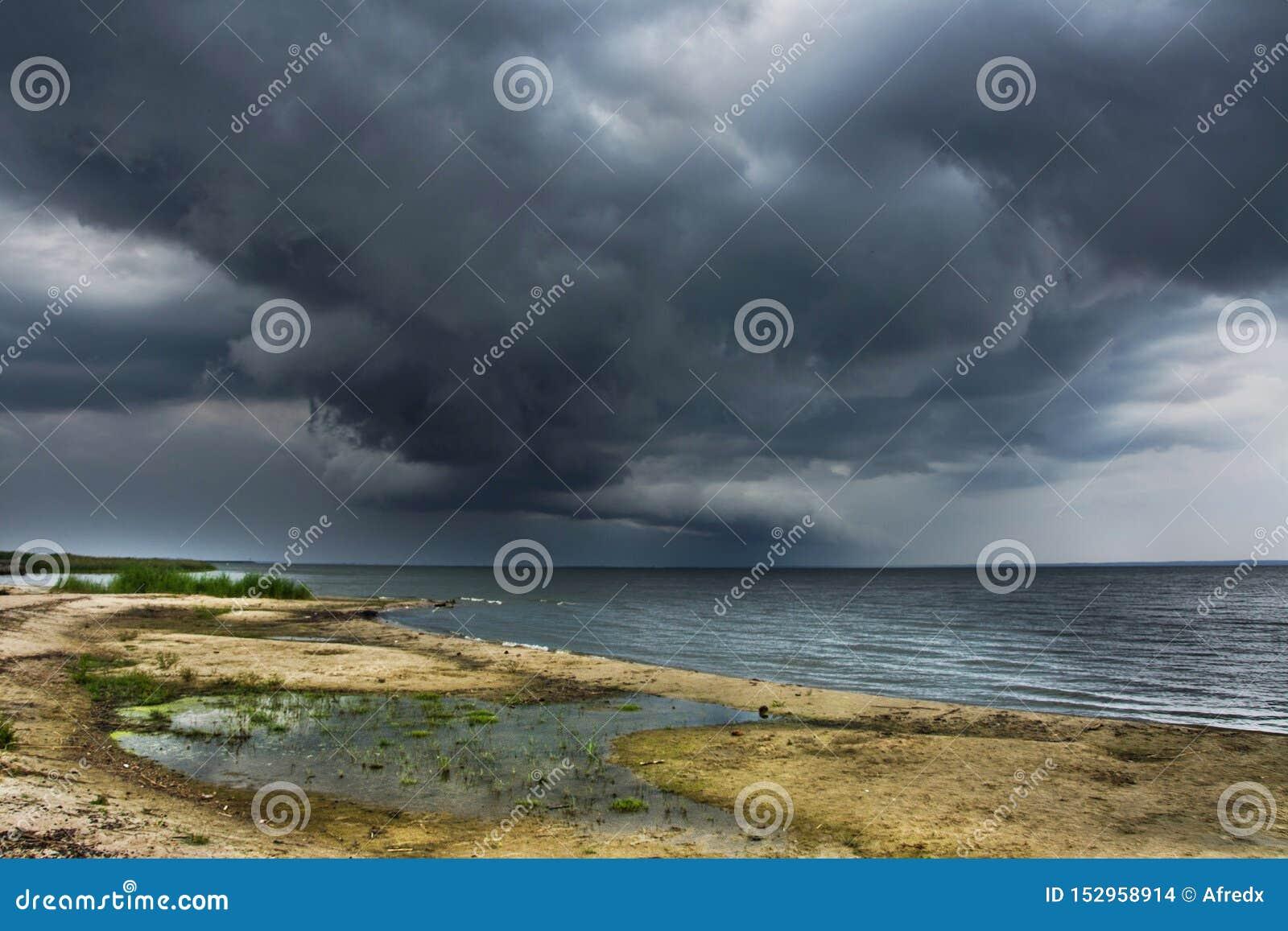 在海滩的风雨如磐的云彩,海