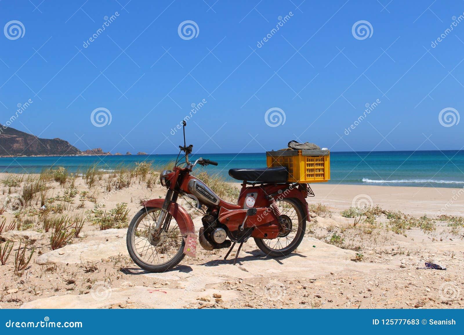 在海滩附近的Motorbiking在盖帽好的妙语,突尼斯