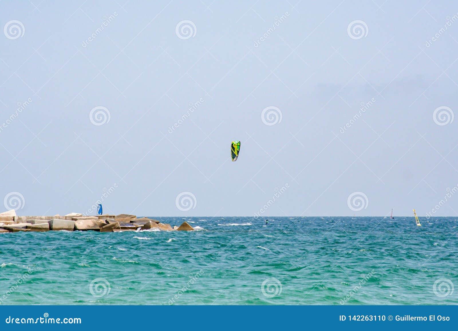 在海的壮观的看法有风筝冲浪者的