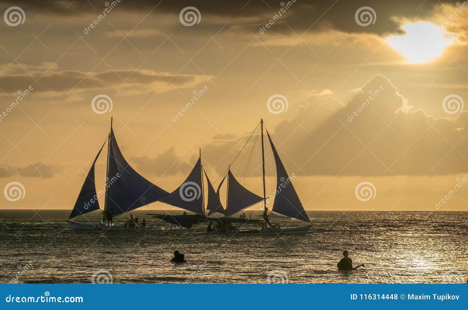 在海的帆船在博拉凯海岛的日落的