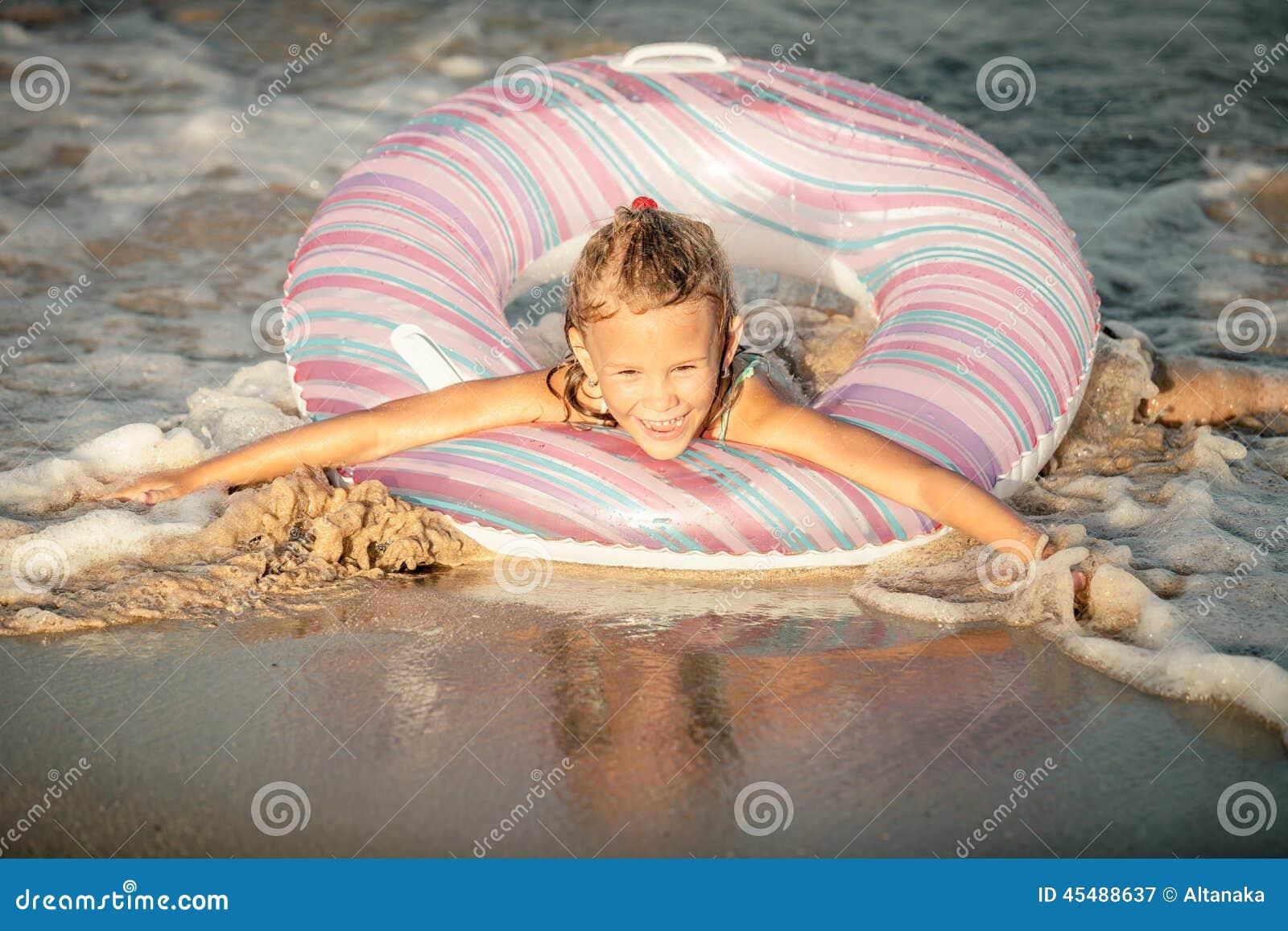 在海的愉快的小女孩