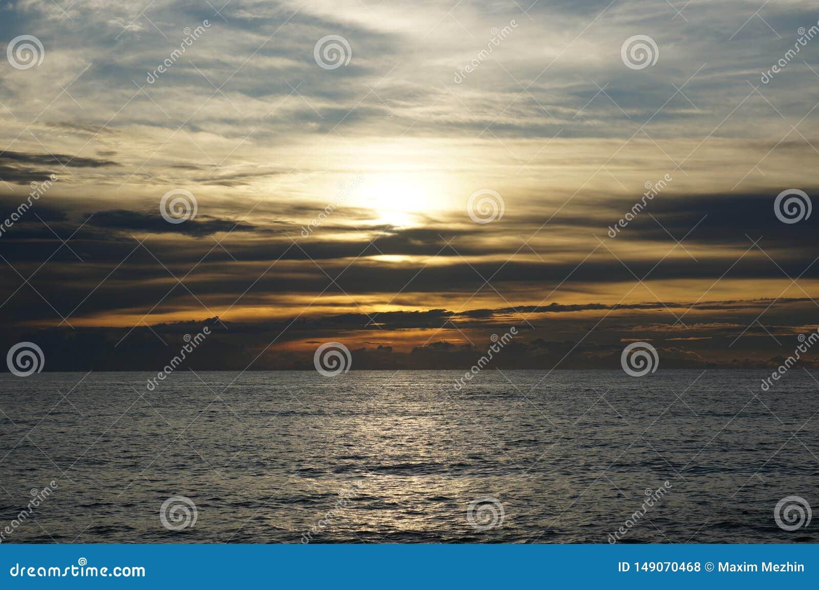 在海的日落在泰国