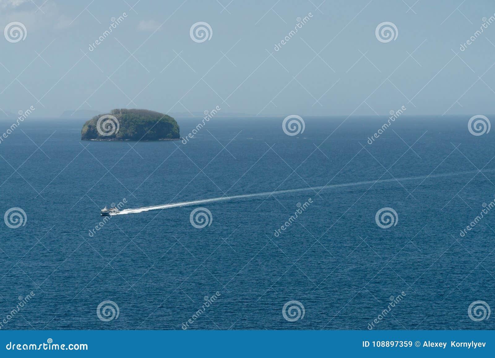 在海的汽艇,鸟瞰图 巴厘岛印度尼西亚
