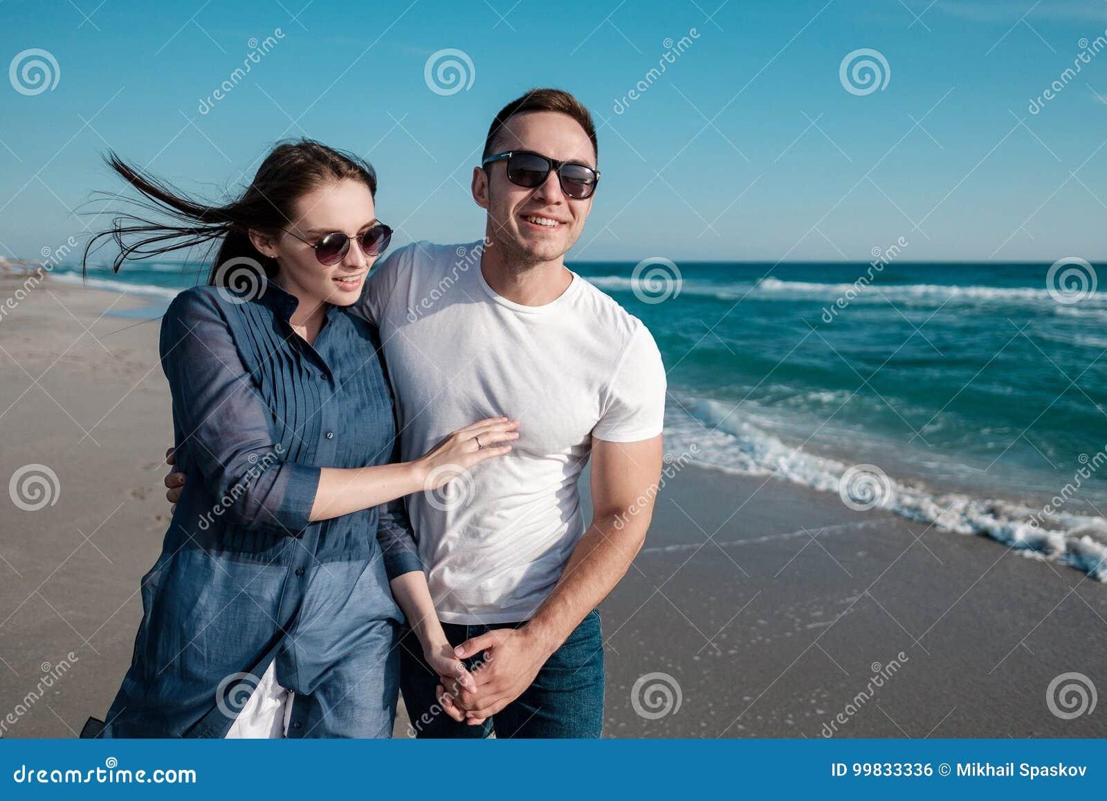 在海的沙滩的美好的年轻夫妇