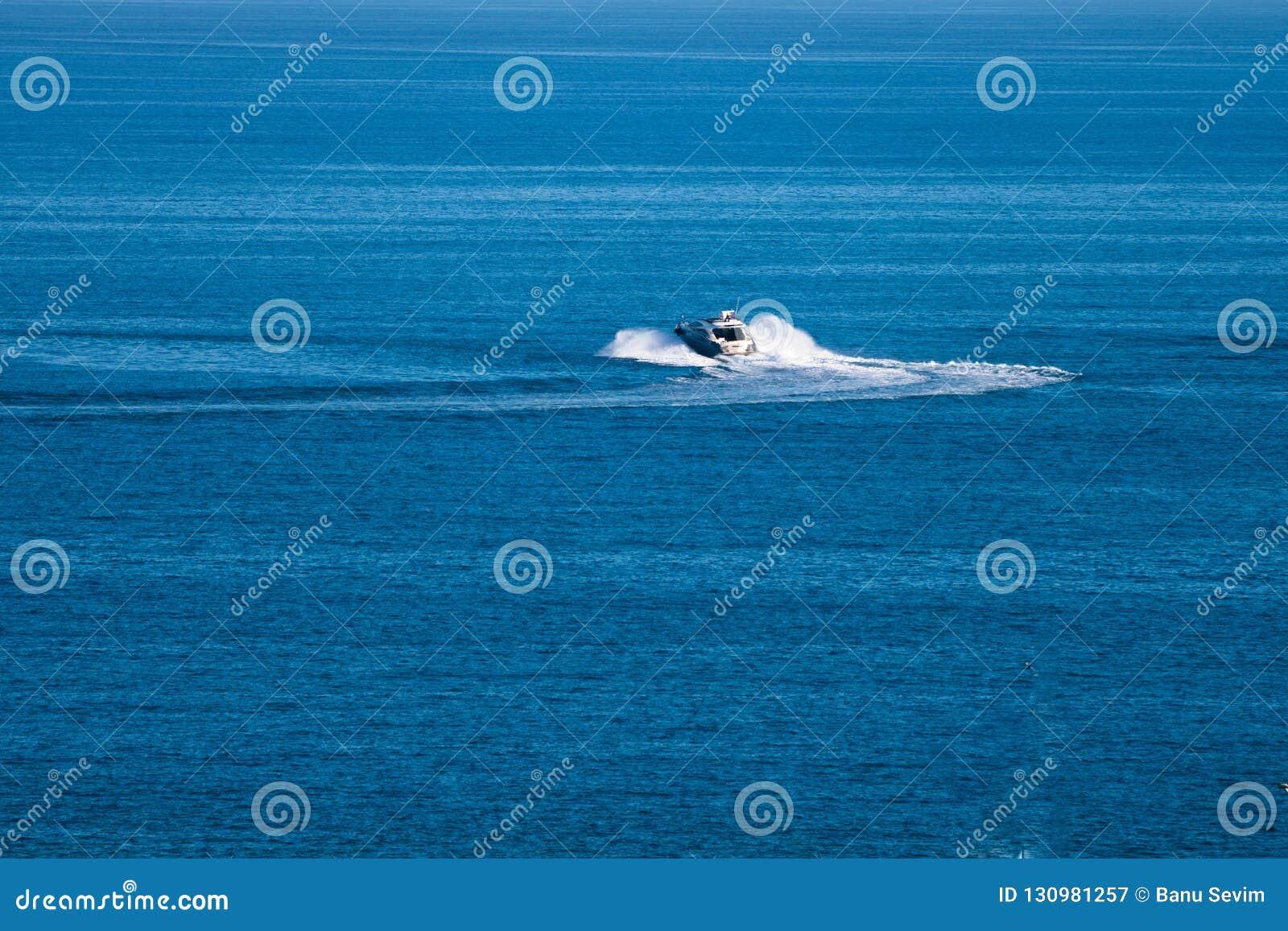 在海的速度小船