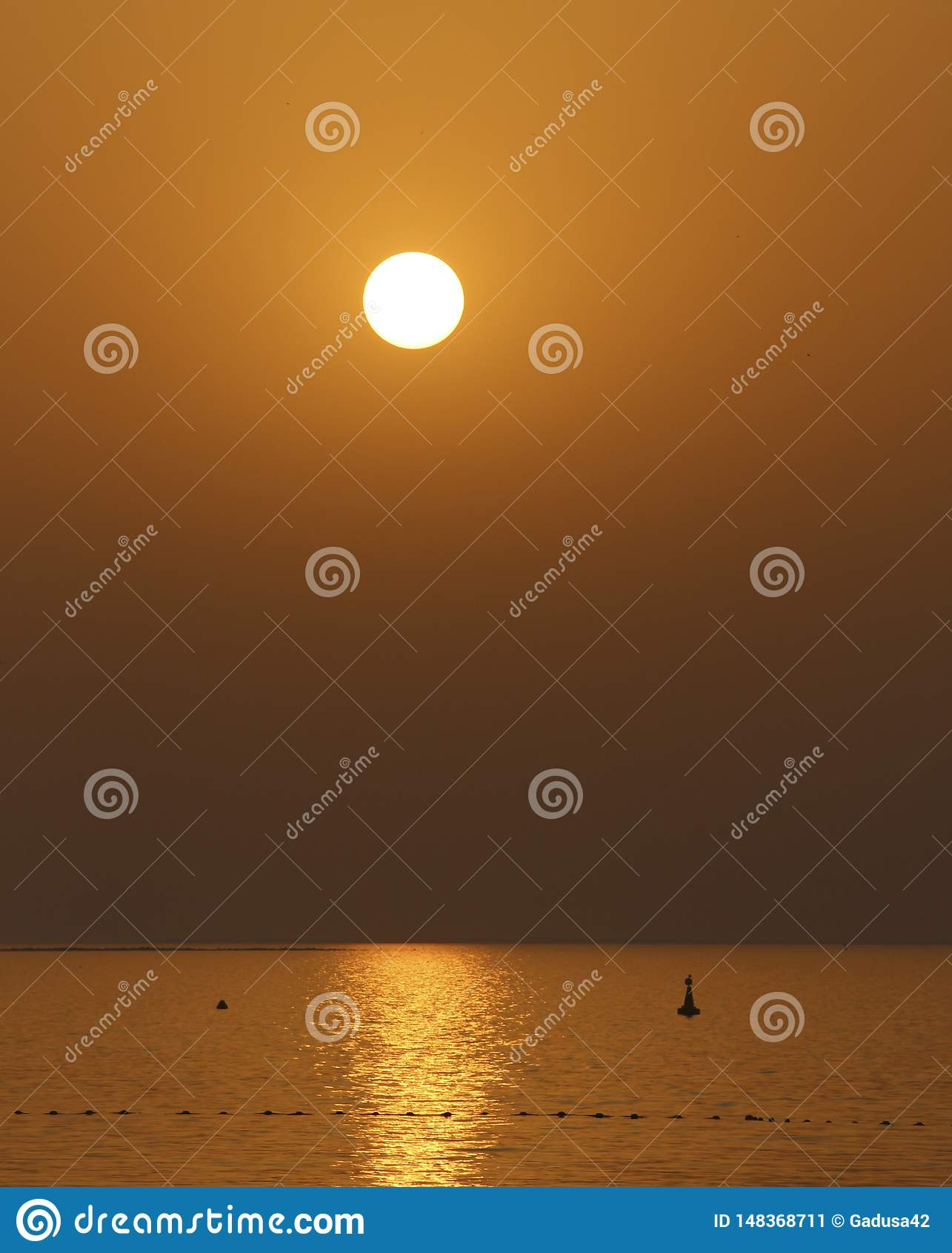 在海的金黄日落