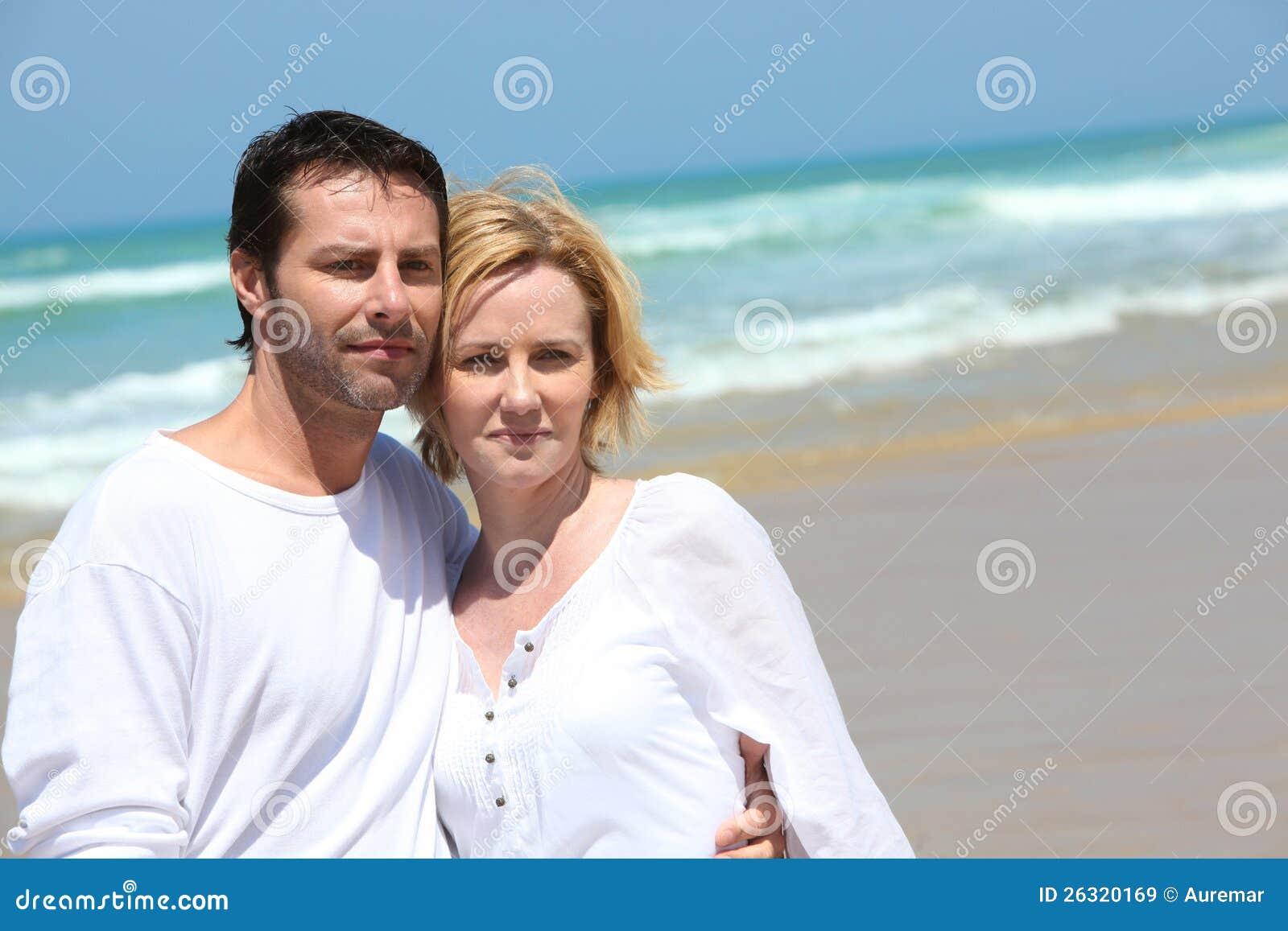 在海边的夫妇