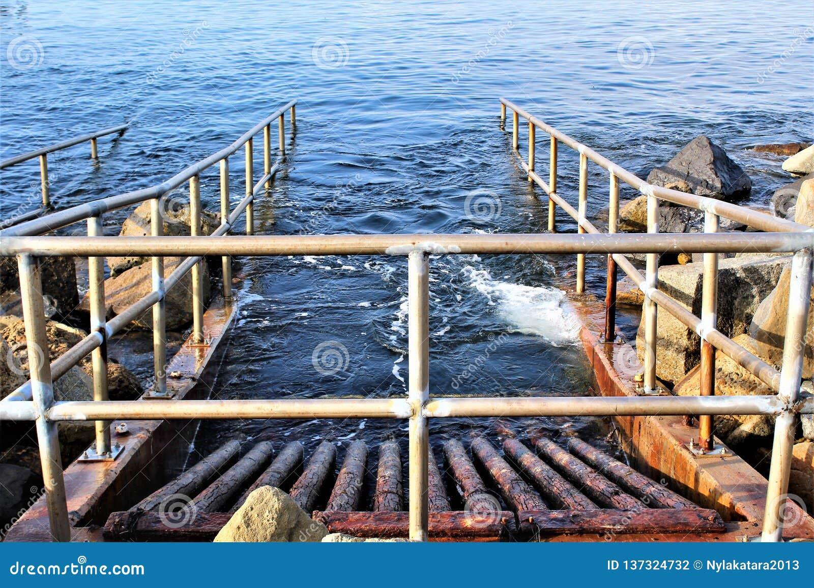 在海边的排水设备在Portifino加利福尼亚海洋边在雷东多海滩,加利福尼亚,美国