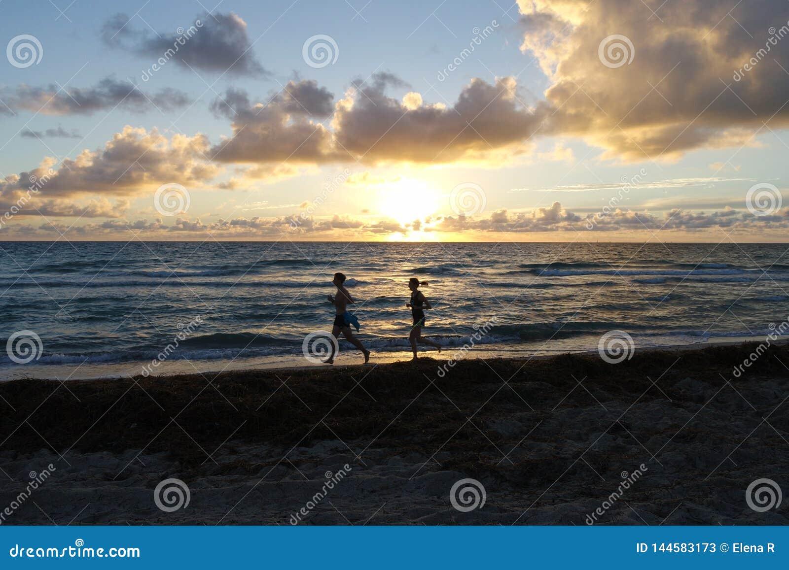在海附近的早晨赛跑