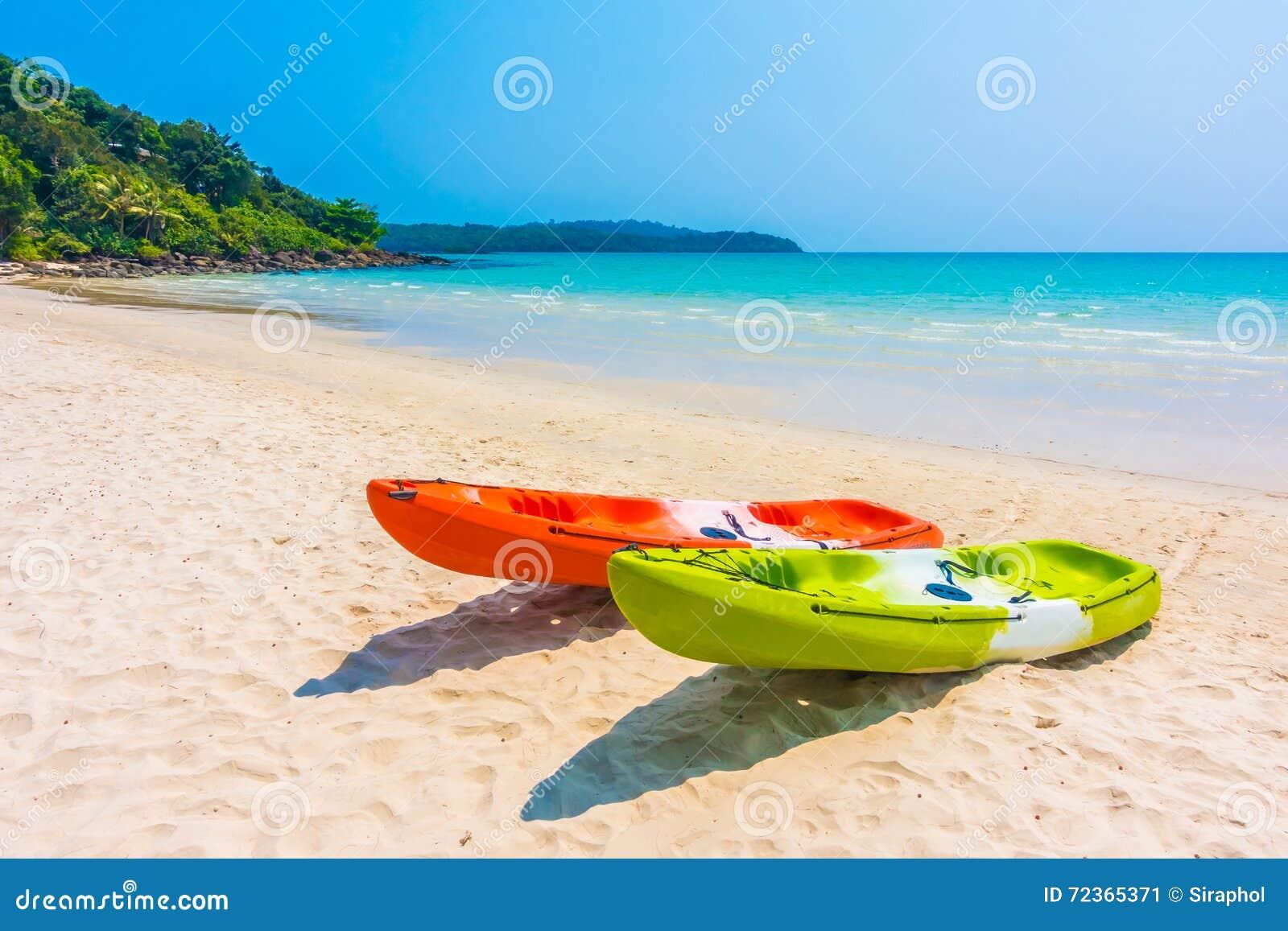 在海滩和海的五颜六色的皮船小船