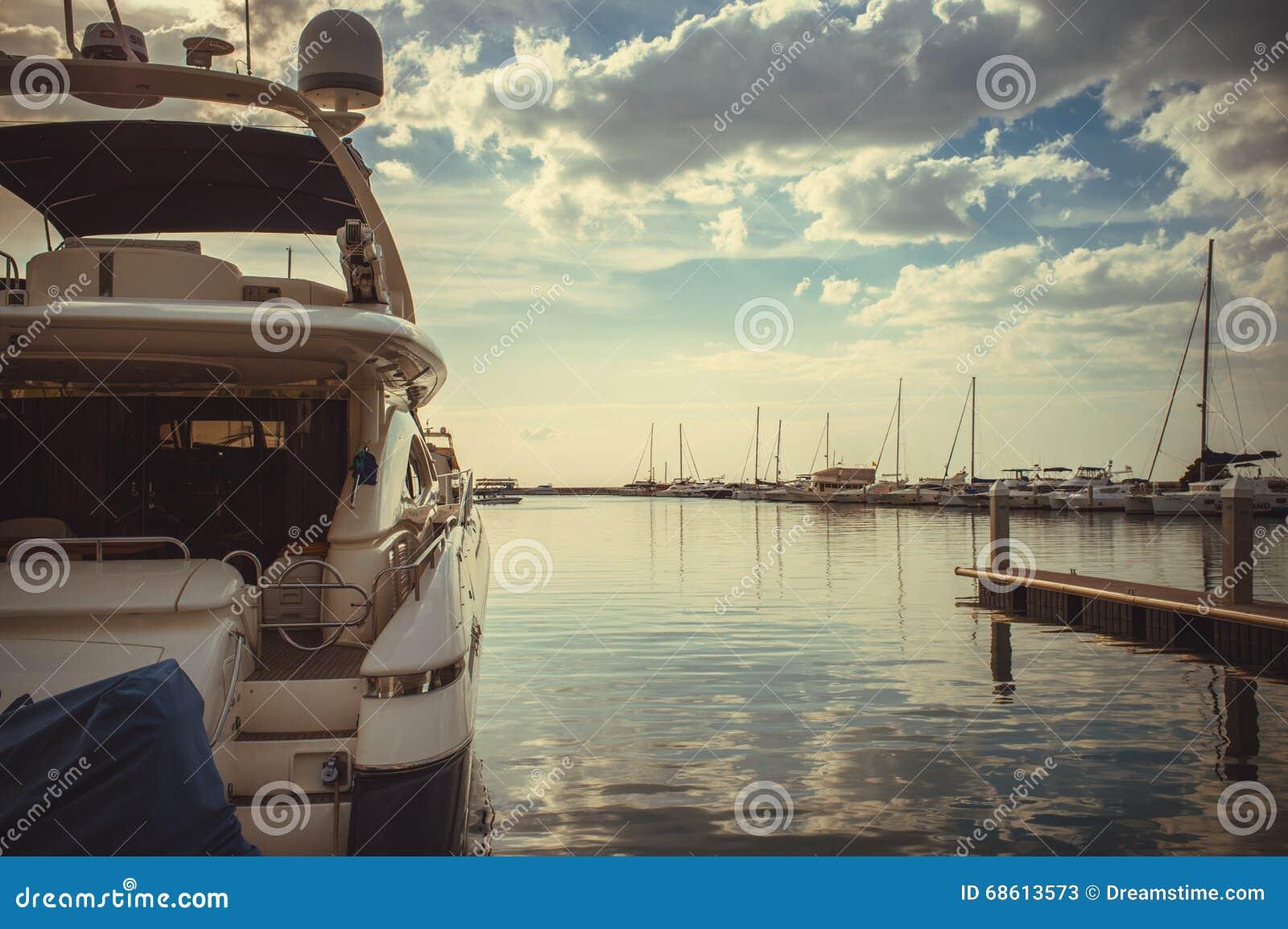 在海洋小游艇船坞游艇俱乐部的日出