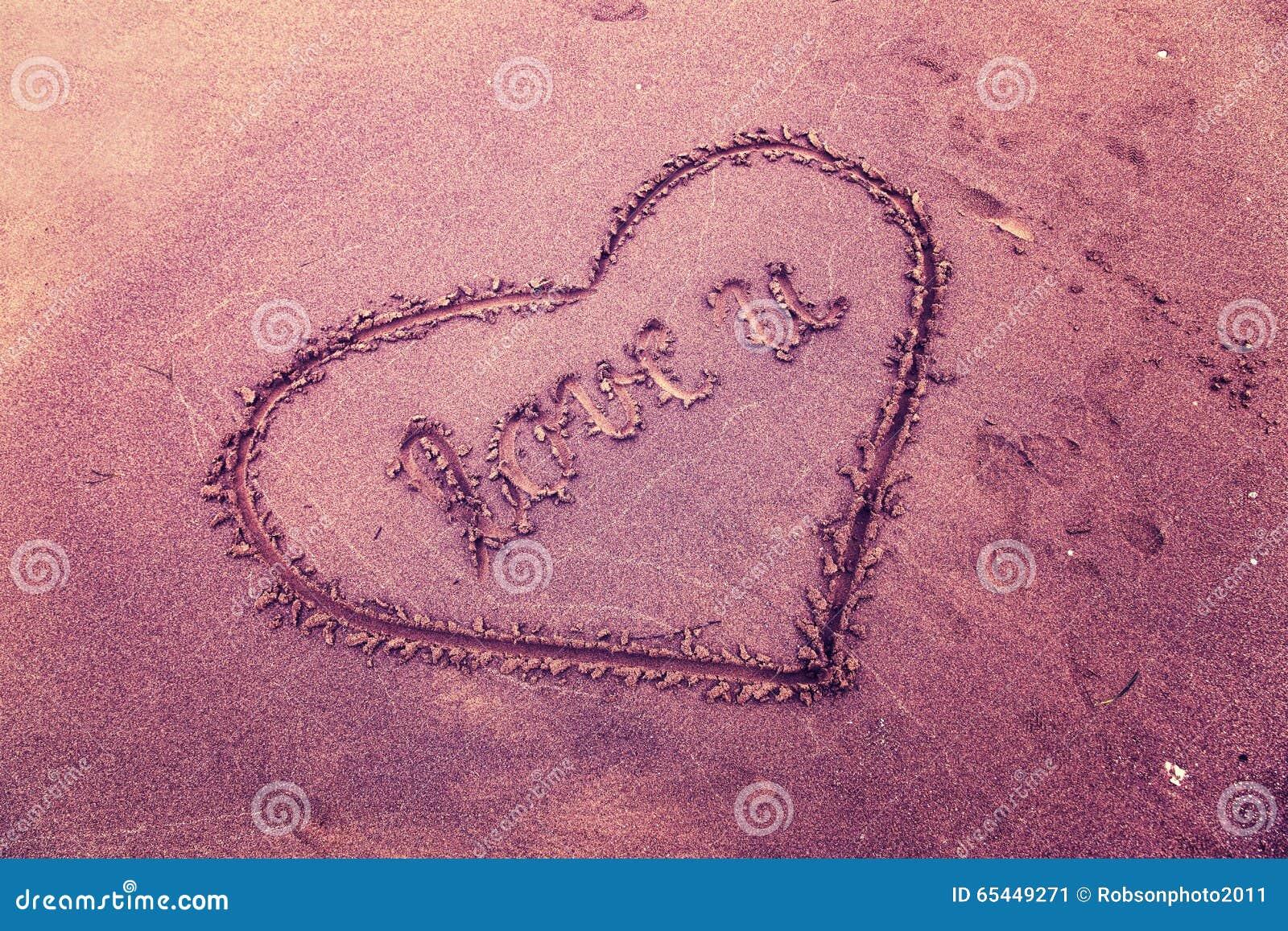 在海滩沙子的葡萄酒紫罗兰色颜色概念性爱