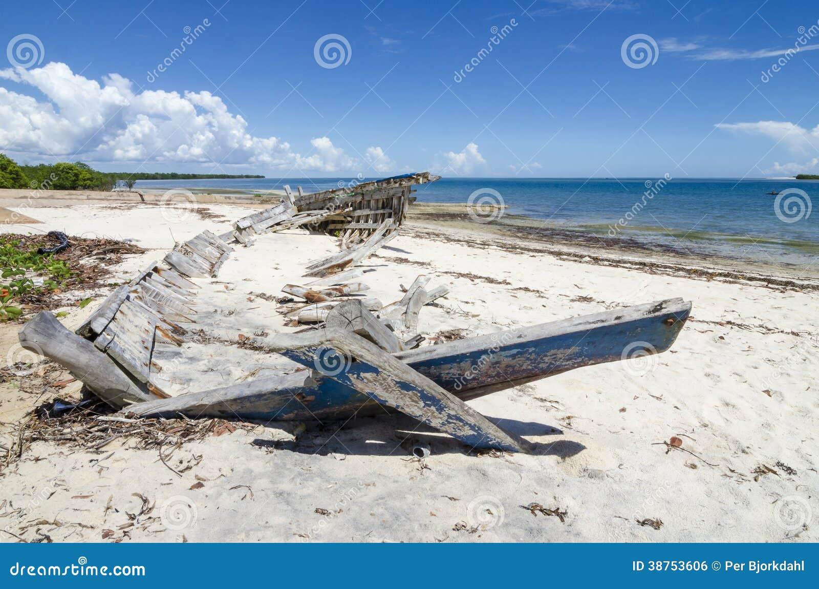在海滩的单桅三角帆船击毁