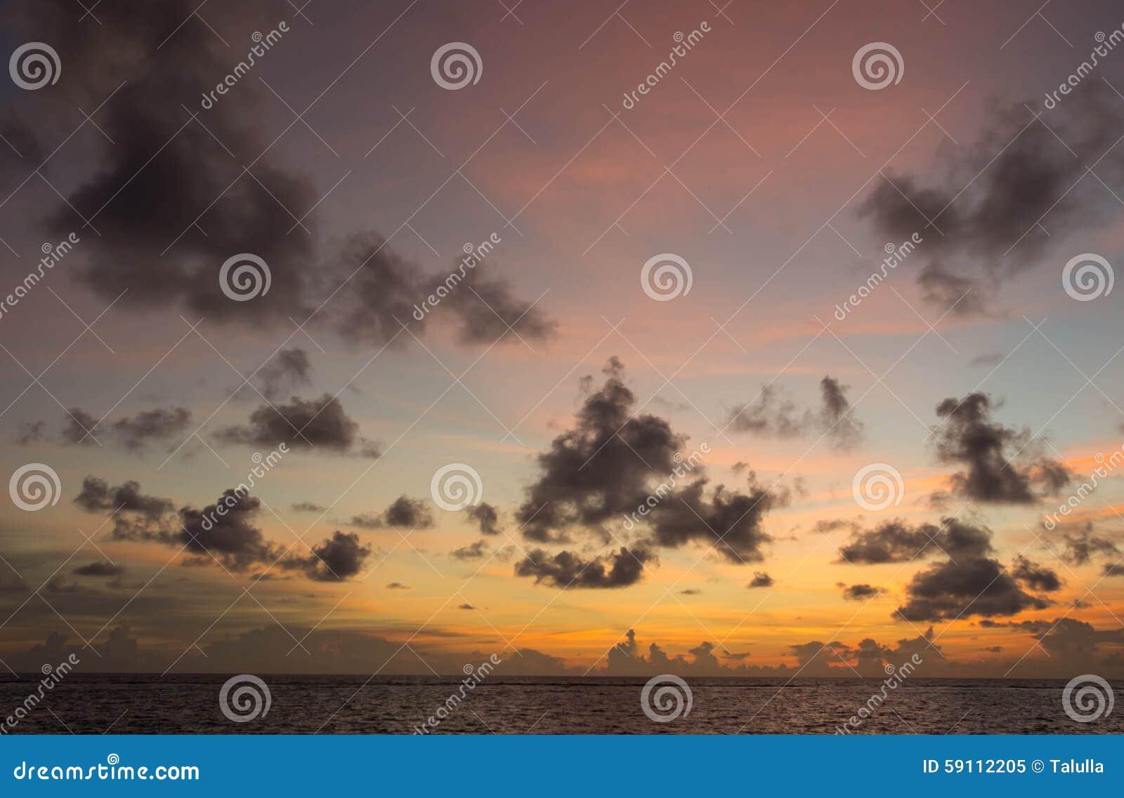 在海洋的多云天空