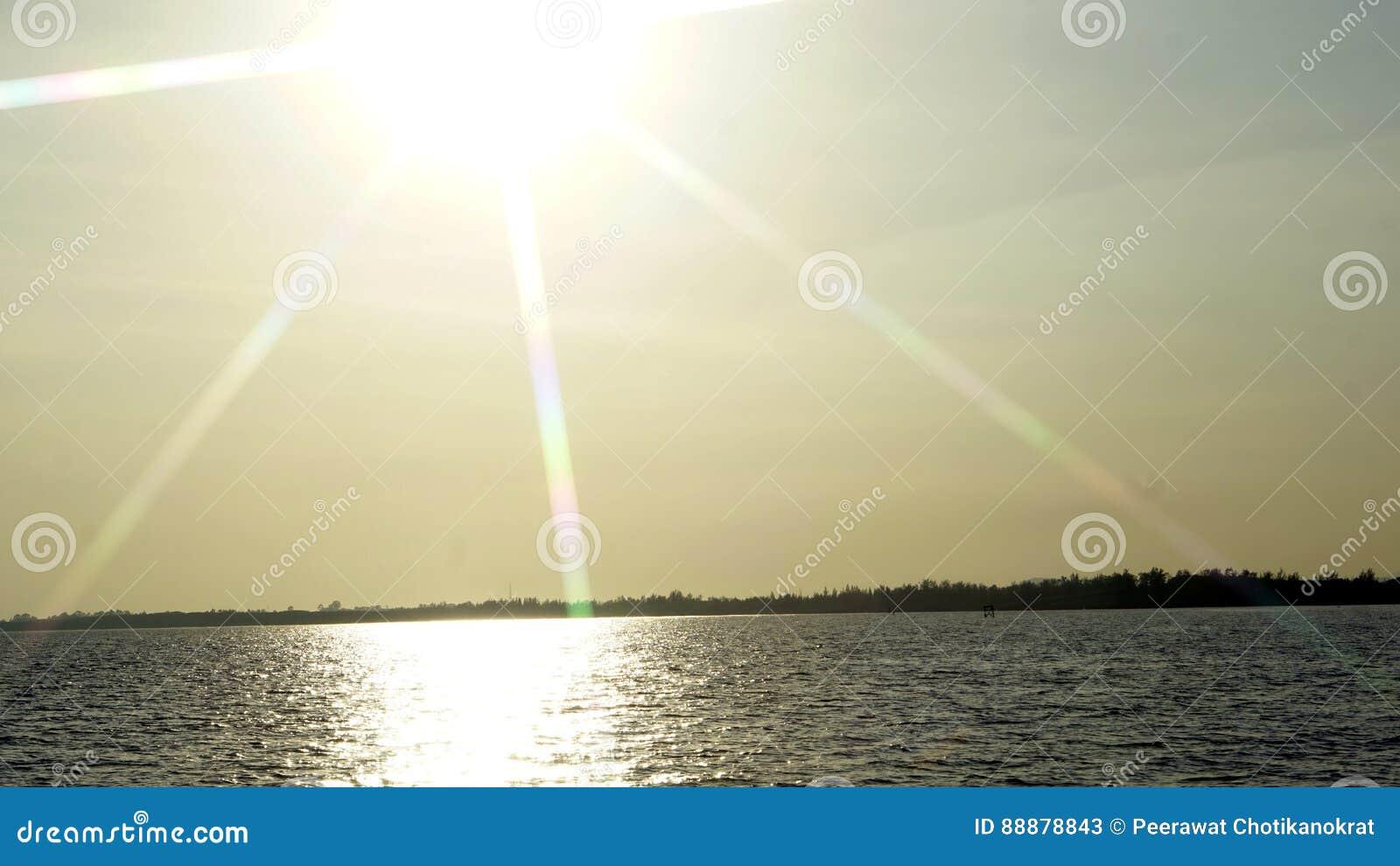 在海滩的太阳射线