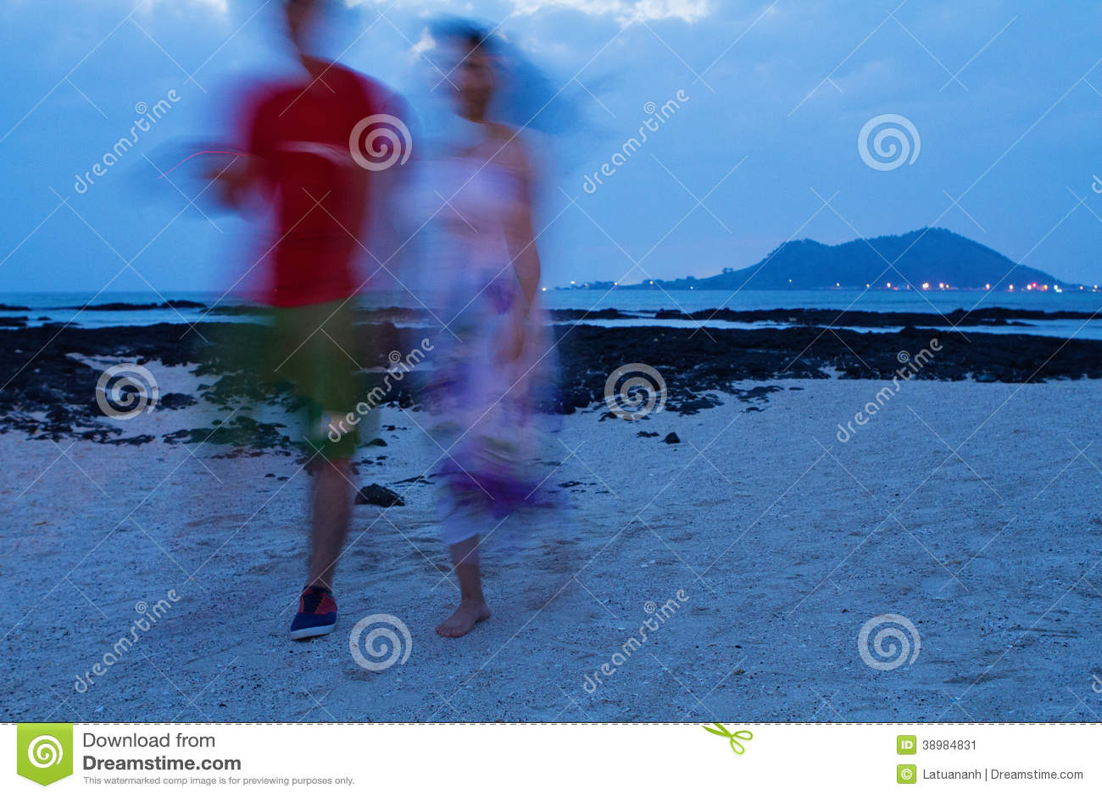 在海滩的夫妇