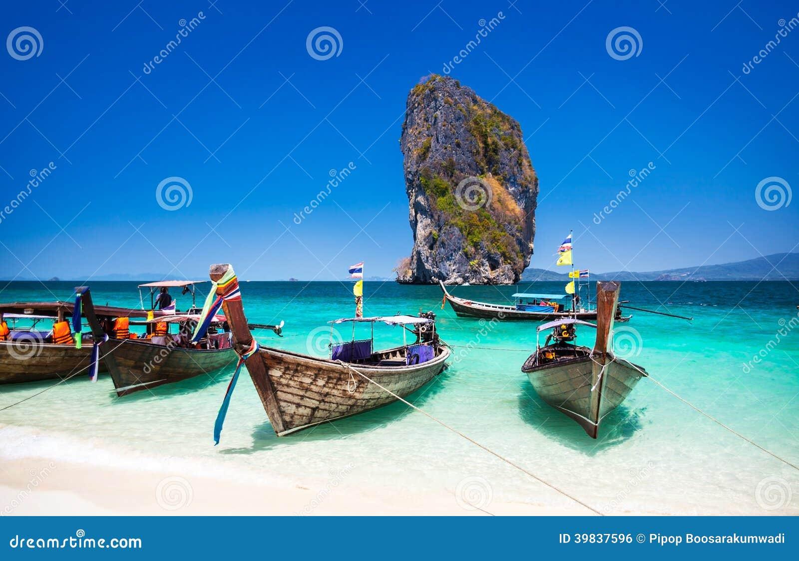 在海滩的小船在普吉岛海岛,旅游胜地在Thaila