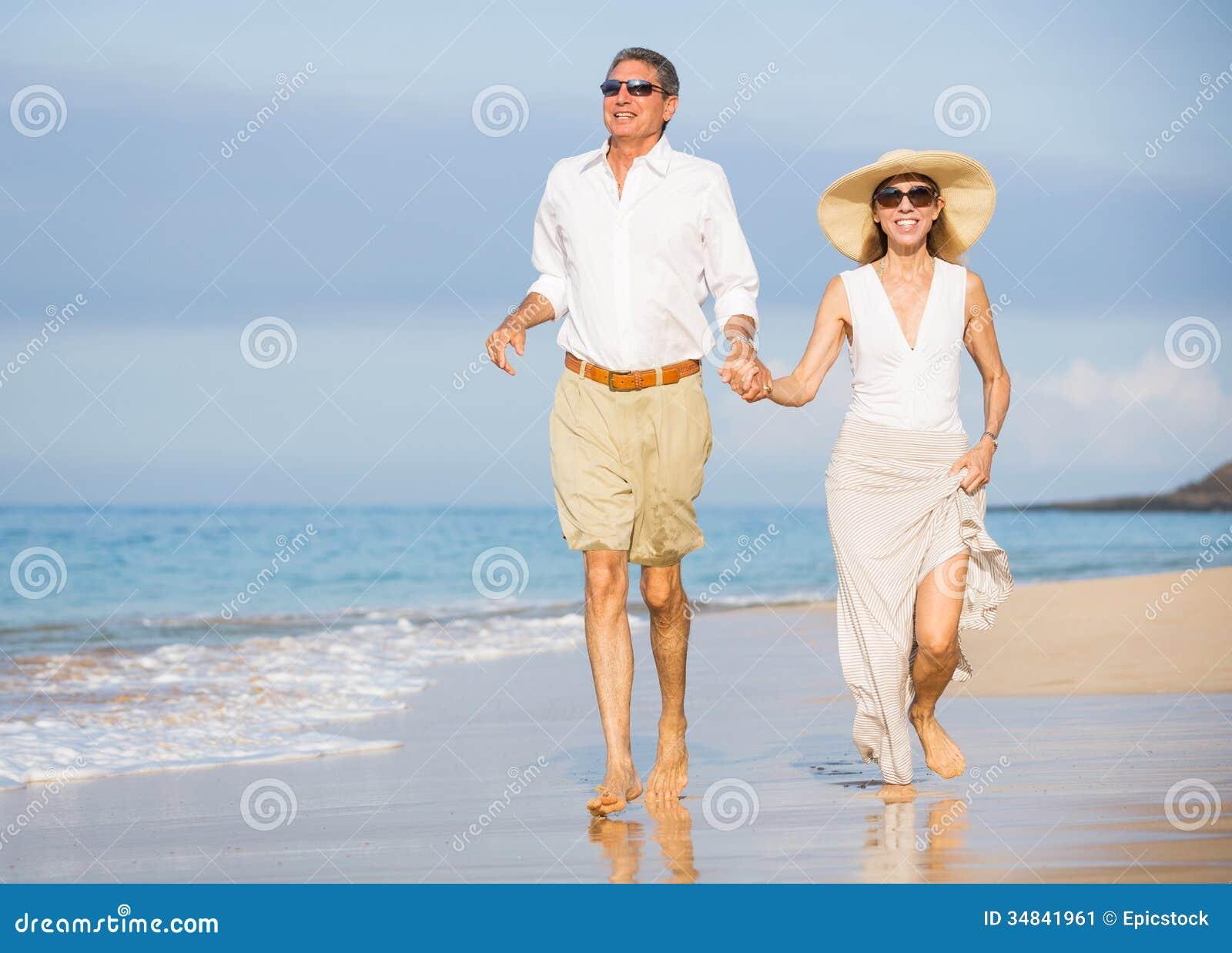 在海滩的愉快的资深夫妇。退休豪华热带Res