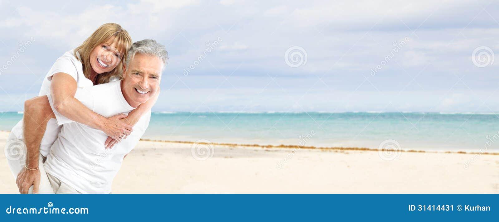 在海滩的愉快的资深夫妇。
